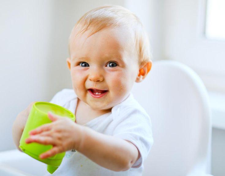 """En general, durante los primeros seis meses de vida del bebe, no es necesario dar de beber agua al lactante, salvo en situaciones especiales, como calor intenso, fiebre o diarrea. En principio, tanto la leche materna como la """"fórmula"""" le proporcionan ya la cantidad de líquido necesario para su pequeño organismo.  Visita http://www.aguaquecuidadeti.com/cuanta-agua-bebe-un-bebe-los-bebes-y-su-hidratacion/#more-767"""