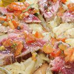 Pizza con cipolle e tonno fresco