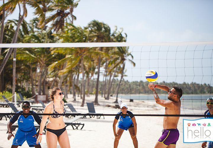 VACACIONES CARIBE BOOKING HELLO. ¡Empecemos la semana con diversión! ¿Quién está listo para un partido de Voley playa?  #HelloExperience