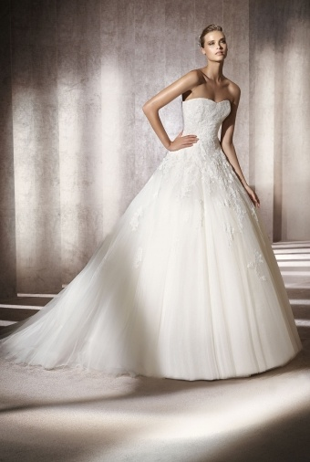Pronovias - Alcanar: Strapless ball gown with sweetheart neckline, lace bodice over a tulle skirt and court train.