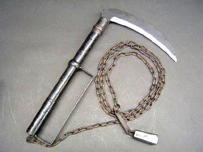 Кама. Это оружие неслучайно похоже на хозяйственный инвентарь. Его прототипом стал серп для уборки риса, который стал применяться как боевое оружие после аннексии Окинавы Японией и ввода запрета на остальное оружие.     Иногда кама снабжалась коротким копейным древком и удерживалась двумя руками. Но чаще общая длина боевого серпа составляла всего около 75 сантиметров, из которых 45 сантиметров приходилось на рукоятку. Нередко камы могли снабжаться круглыми японскими гардами.