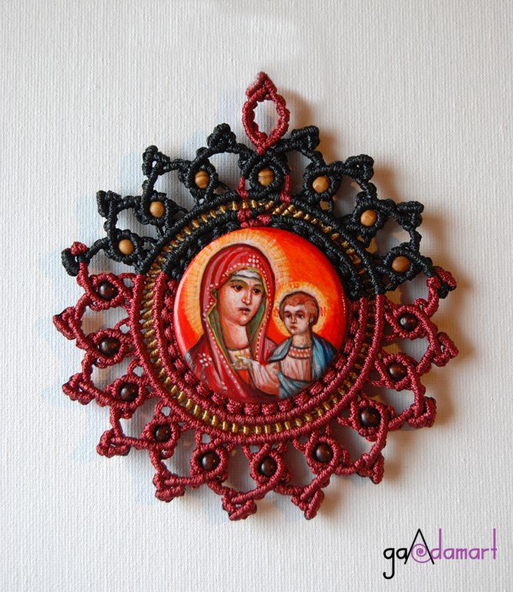 Icoana miniaturala unicat - Maica Domnului cu Pruncul -, pictata in tehnica tempera, pe lemn de tei, cu ornamente realizate in tehnica micro-macrame si margele din lemn. Diametru icoana: 5 cm