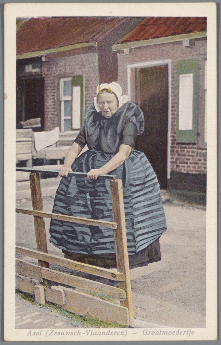 Vrouw in Axelse streekdracht. Ze draagt over de ondermuts en het oorijzer een 'ronde muts' of 'hernhutter' (type muts), welke gedragen wordt door meisjes tussen het 7e en 14e levens jaar, en soms door volwassen vrouwen. De sterk geplooide donkerblauwe schort wordt 'drolschort' genoemd. Dit type schort wordt gedragen bij de opknapdracht. 1923-1955 #Zeeland #Axel