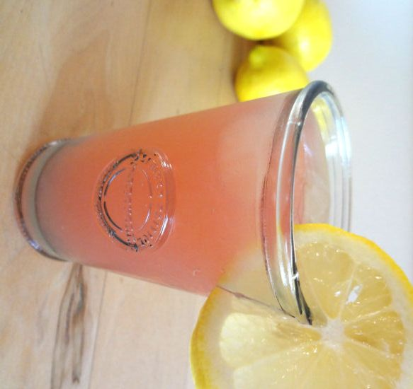 Tijdens mijn tijd in de Verenigde Staten heb ik kennis gemaakt met Pink Lemonade. Het smaakt zo ontzettend anders dan de (aanmaak) limonade die we hier kennen. Ik bestelde het vaak tijdens etentjes én ik kocht van die grote 2 liter flessen bij Walmart. Zo lekker vond ik het!...