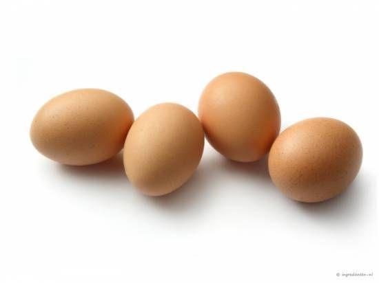 OMGEKEERDE PERENCAKE 2 iets opgehoopte eetlepels bruine basterdsuiker; 1 blik halve peren op siroop (425 gr. b.v. van Albert Heijn)250 gr. zelfrijzend bakmeel; 125 gr. echte boter; 150 gr. suiker; 2 eieren