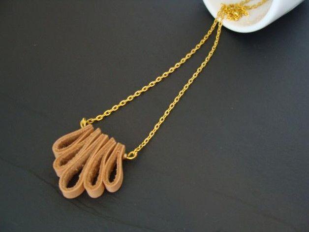 Ketten mittellang - Leder - Kette gold / beige - ein Designerstück von buntezeiten bei DaWanda
