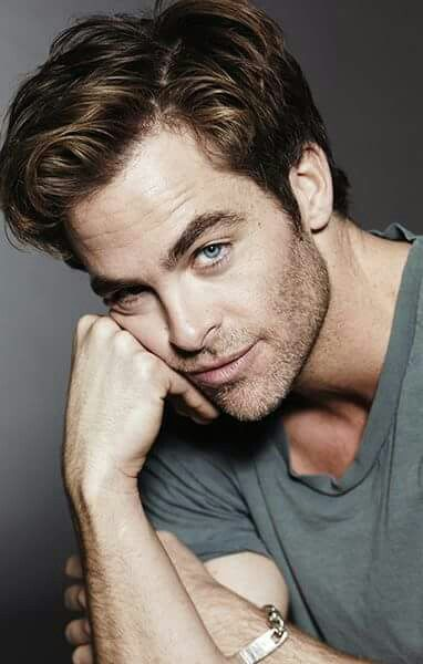 Chris Pine, grey shirt