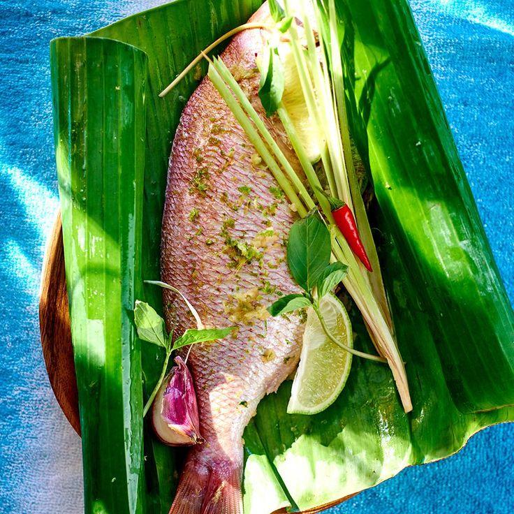 Découper les feuilles de bananier de façon à en entourer chaque poisson. Verser l'huile de coco dans un bol, râper au-dessus sur une râpe fine le gingembr