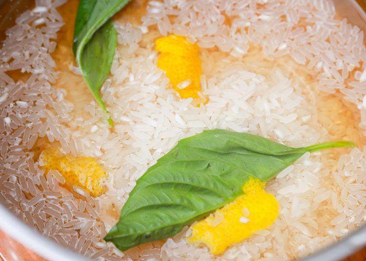 Per ottenere del riso perfettamente cotto e che non si attacca, aggiungi un cucchiaino di succo di limone all'acqua dove bolle il riso.
