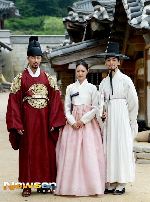 "Cha Seung-won as Yi Hon/Prince Gwanghae Lee Yeon-hee as Princess Jeongmyeong Kim Jae-won as Prince Neungyang Splendid Politics (Hangul: 화정; hanja: 華政; RR: Hwajeong) is a 2015 South Korean television series starring Cha Seung-won, Lee Yeon-hee, Kim Jae-won, Seo Kang-joon, Han Joo-wan and Jo Sung-ha.[1][2] It airs on MBC on Mondays and Tuesdays at 22:00 for 50 episodes beginning April 13, 2015. The Korean title Hwajeong is a shortened version of Hwaryeohan Jeongchi (literally ""Splendid…"