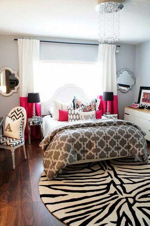 decoração de quarto casal com tapete redondo com estampa de zebra, cortinas rosa e branca com aabajur com cúpula preta