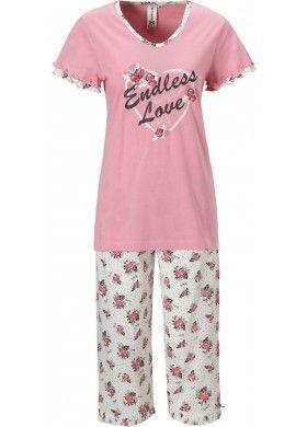 Deze roze dames pyjama van Rebelle heeft korte mouwen en een driekwart broek. Het pyjamashirt heeft een print op de borst met rozen en de teksten 'Endless Love', 'Beauty treats' en 'Rebelle'. De mouwen zijn versierd met roesjes. De pyjamabroek heeft een rozenpatroon. De pijpen zijn afgewerkt met roesjes en roze strikjes.