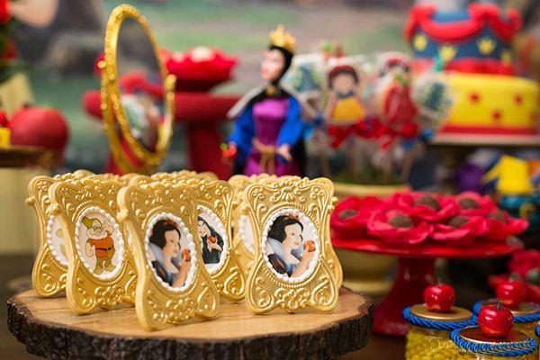 Com peças alugadas na Pop Mobile, a Marcia Mesquita criou uma linda decoração para os três anos da Rafaela. O tema? Branca de Neve e os 7 anões