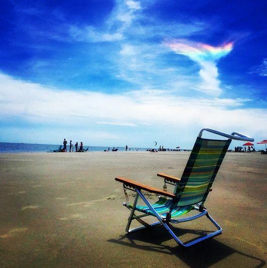 """サウスカロライナ州で現地時間の8月16日、複数の人が神々しい光を目撃して話題になっている。その光がこちらだ。 Rare catch from Sullivan's Island, SC today! """"Angel Sylph Fire Rainbow"""". Picture by Kostya Bulgakov."""