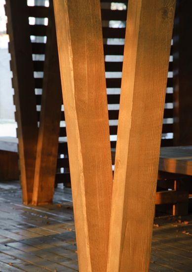 Для жесткости конструкции задействованы сложные двухопорные столбы, которые явились украшеним композиции беседки.