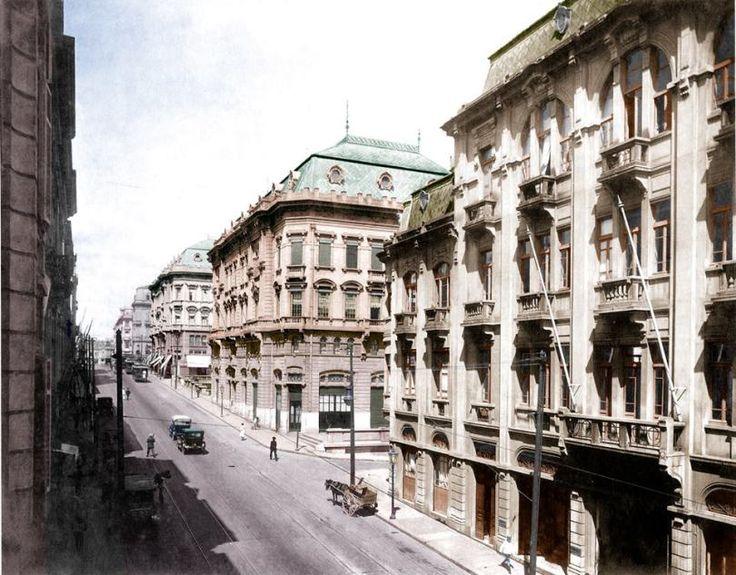 1920 (foto colorizada por Reinaldo Elias) - Rua Líbero Badaró em direção à praça do Patriarca. À direita os palacetes Prates. Foto de Guilherme Gaensly.