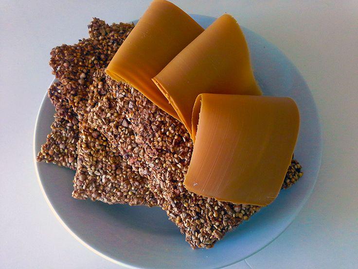 Å lage knekkebrød er ingen kunst. Her får du en grei oppskrift fra vår gjesteblogger, Tina Susanne Tyse. Den passer kanskje spesielt for deg som ønsker å spise mindre gluten og fett.