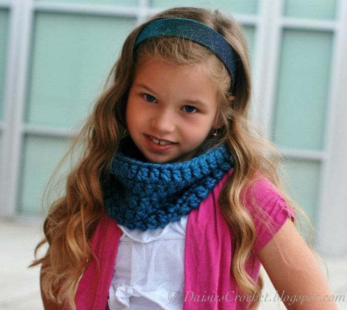 Free Crochet Cowl Pattern - this is a great beginner's project and it would make a great gift - Daisie's Crochet
