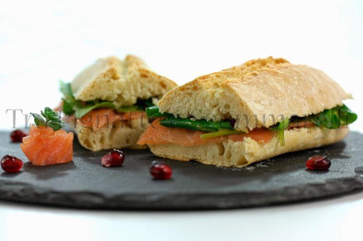 Panino con salmone affumicato e piccola insalata di valeriana, melagrana e senape al miele   Tra pignatte e sgommarelli