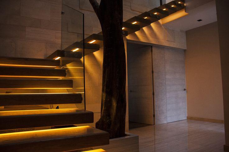 Casa ss patio interior escalera madera iluminaci n indirecta rbol muros de piedra - Iluminacion led escaleras ...