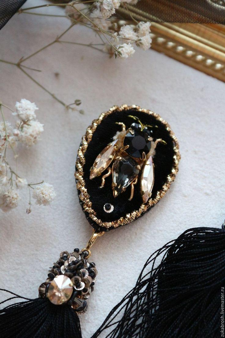 Купить или заказать Парные броши 'Пчелки' с шелковыми кистями в интернет-магазине на Ярмарке Мастеров. Парные броши пчелки на воротничок рубашки. Кисточки у брошей съемные. Можно носить и по отдельности на лацкане пиджака,пальто,платье... Вышивка на шелковом бархате кристаллами Сваровски ,шелковой синелью,золотыми ниточками,канителью. Брюшко- винтажный кристалл с очеееень красивой полупрозрачностью.