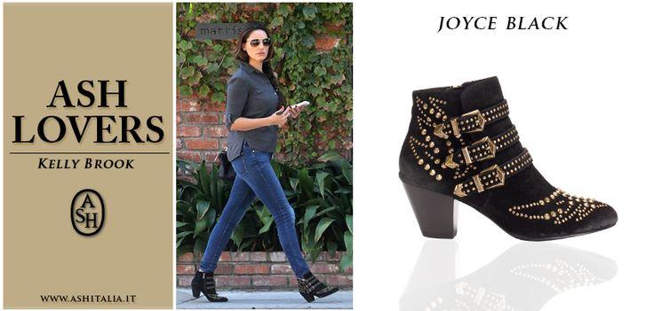 La modella e attrice #KellyBrook si concede una passeggiata indossando gli #ankleboots neri con borchie di #Ash Joyce!