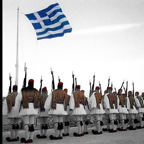 Εύζωνες της Προεδρικής Φρουράς παρουσιάζοντας όπλα στην έπαρση της Ελληνικής…
