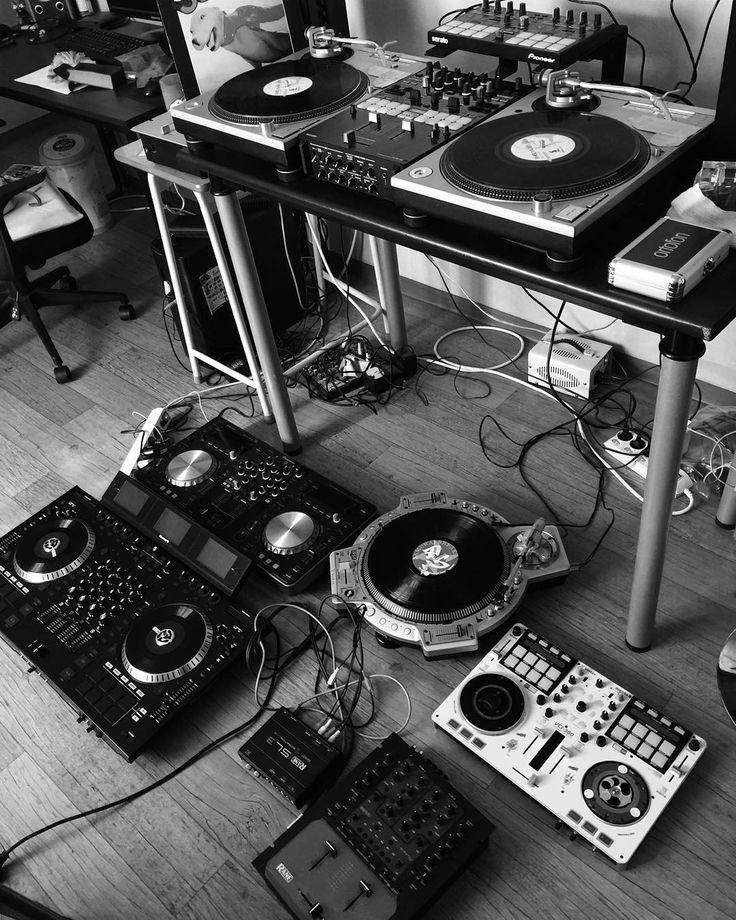 Escogí esta imagen por los reproductores o aparatos de deejay que se encuentran ahí, demuestran como ha ido evolucionando el deejay.