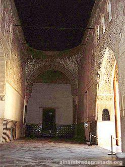 Información y fotos de la Sala de la Barca de la Alhambra. Se accede a la Sala de la Barca a través de la galería norte del Patio de los Arrayanes. Parece que su nombre se debe a la degeneración del término árabe baraka, que significa bendición.
