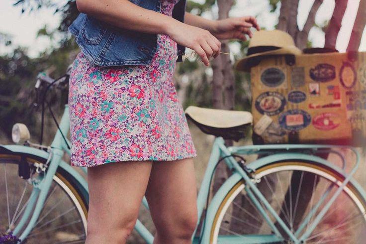 Sommer zu Herbst – Die Mode im Wandel  Manchmal gibt es ein paar Kleidungsstücke, von denen wollt ihr euch nach dem Sommer nicht trennen. Sie sollen mit in den Herbst genommen werden und nicht einfach trostlos im Kleiderschrank verschwinden beim ersten kalten Wind. Manche Teile wurden heißgeliebt und das Umräumen des Kleiderschranks...  https://www.kleidung.com/sommer-zu-herbst-die-mode-im-wandel-41370/  #Herbstkleid #Herbstmode #Herbsttrends #Shorts #Sommerkleid #
