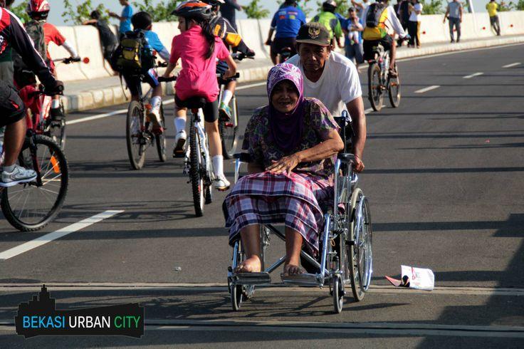 Pasangan Lansia Menghabiskan Waktu di Area CFD Bekasi