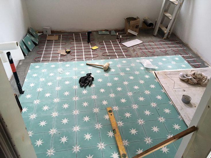 Demostración de colocación de suelo hidráulico Mod. 308 en blanco (MC1) y turquesa (MC6) sobre suelo radiante en una sala de estar de una vivivenda en Inglaterra.