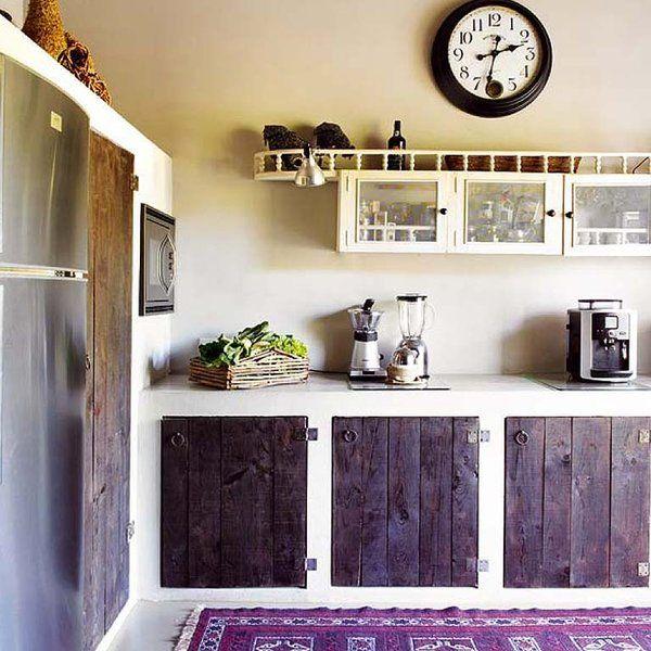 Cocina de estilo rústico  rejuvenecido con módulos de cemento pulido y tonos violetas.