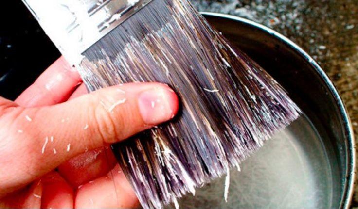 Une technique pour traiter et nettoyer des pinceaux durcis