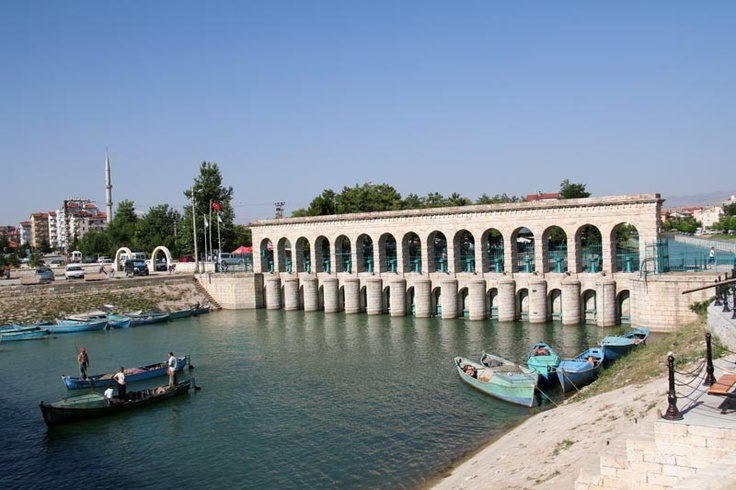 The Beyşehir Stone Bridge is another iconic image of the city. It was built in the early twentieth century on the occasion of the establishment of the railway line between Baghdad and Anatolia, it was also the first dam of the Ottoman Empire.