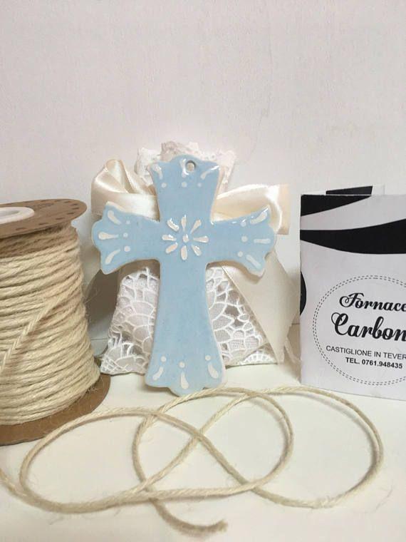 Bomboniera croce in ceramica turchese con rilievi bianchi. Per