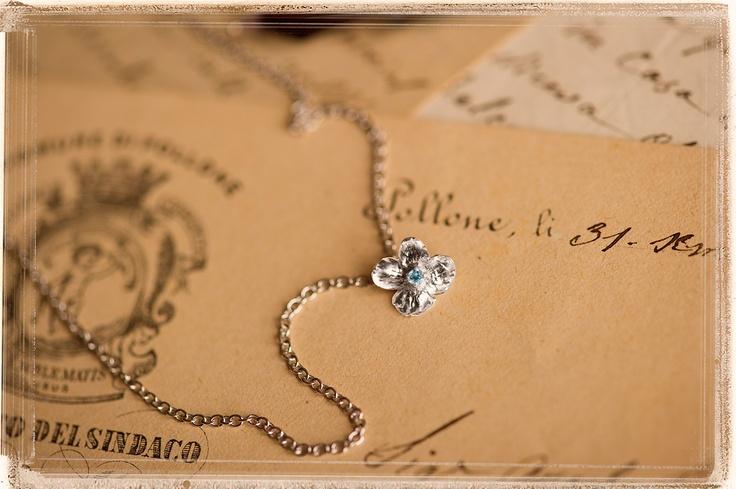 """Ciondolo con catena con fiore naturale """"Non ti scordar di me"""" in argento tit. 925/1000 rodiato bianco con topazio Round Star azzurro mm. 1,90 SWAROVSKI GEMSTONES."""