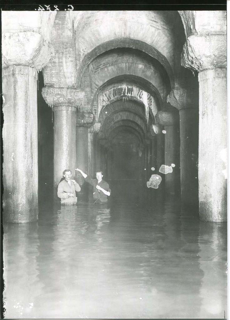 Aya İrini Kilisesi altında bulunan sarnıca girmiş iki kişi görülüyor.