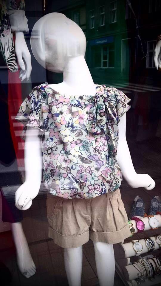 Delikatna bluzeczka w kwiaty i bezowe krótkie spodenki - juz za kilka dni upały!!