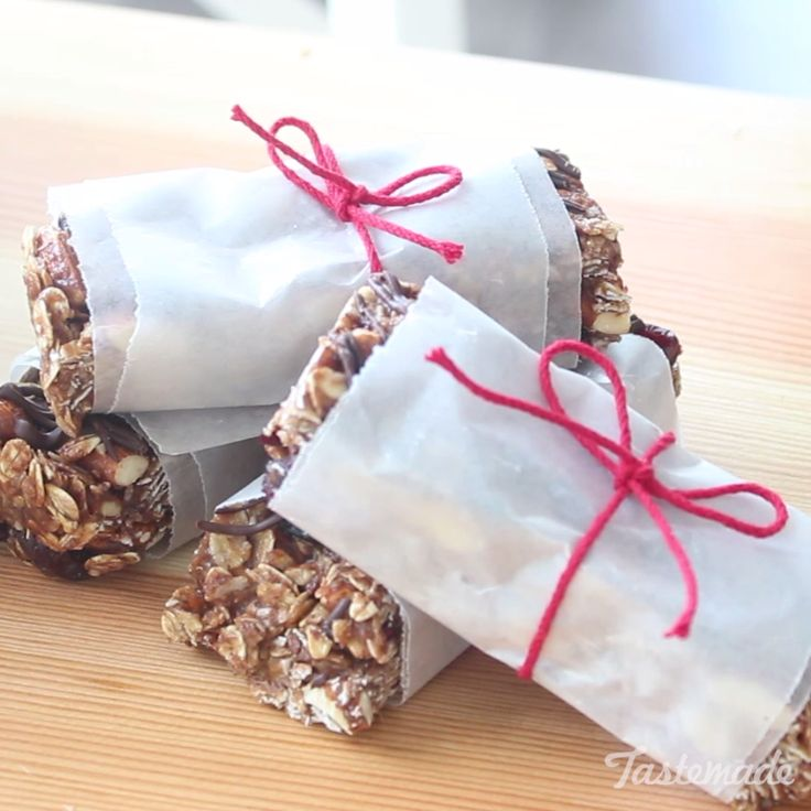 Way healthier than those store bought granola bars full of sugar! Try these homemade ones instead!