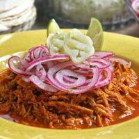 Cochinita pibil Es una Cochinita diferente. El sabor tiene un toque hindi aunque sigue sabiendo excelente con tortilla y cebolla morada.