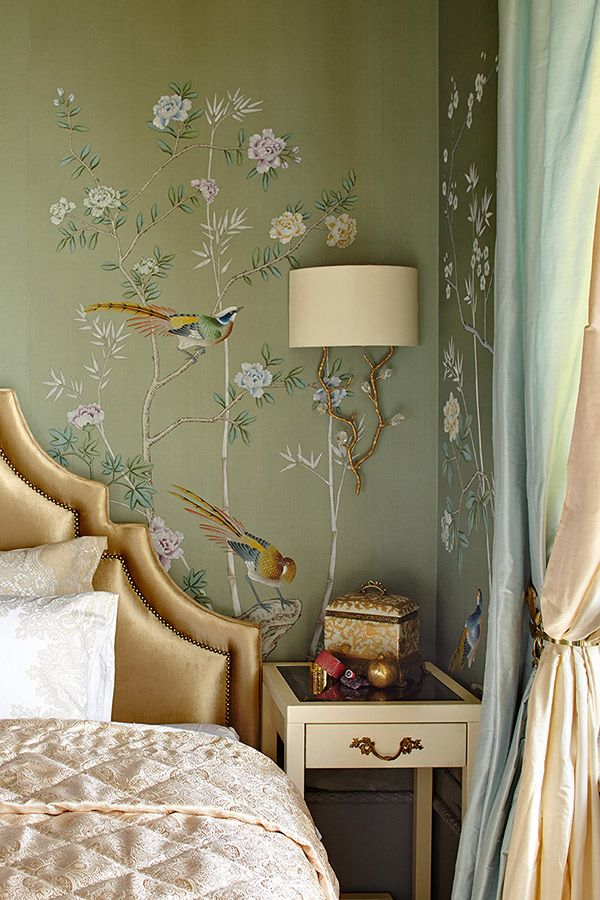 Delicate birds and oyster pink colours in this bedroom by de Gournay: Nos collections - Papier peints et tissus de soies peint a la main - Collection de Chinoiserie |