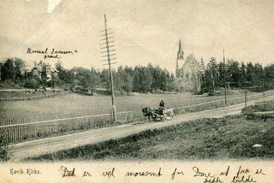 Akershus fylke Bærum kommune HØVIK KIRKE. Hest/vogn på veien m/Kirken i bakgr. Brukt 1906 Produsent/foto Schibwig.