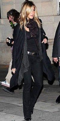 Alt svart med grå tynn strikkejakke. Svart jeans, svart singlet, svart belte, svarte sko, svart sjal.