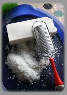 Une nouvelle recette de lessive maison (voir une recette de lessive maison version liquide ici) en poudre. L'idée de cette recette m'est venue grâce à Vert Citron et à sa recette à base de savon 100% coco (ici). Rien de plus simple, il faut un savon non...