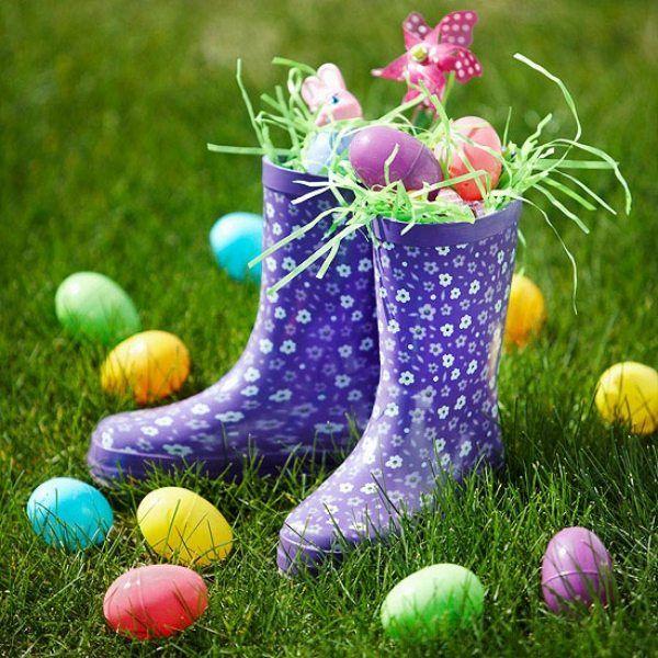 bottes en caoutchouc bleues remplies d'œufs décoratifs