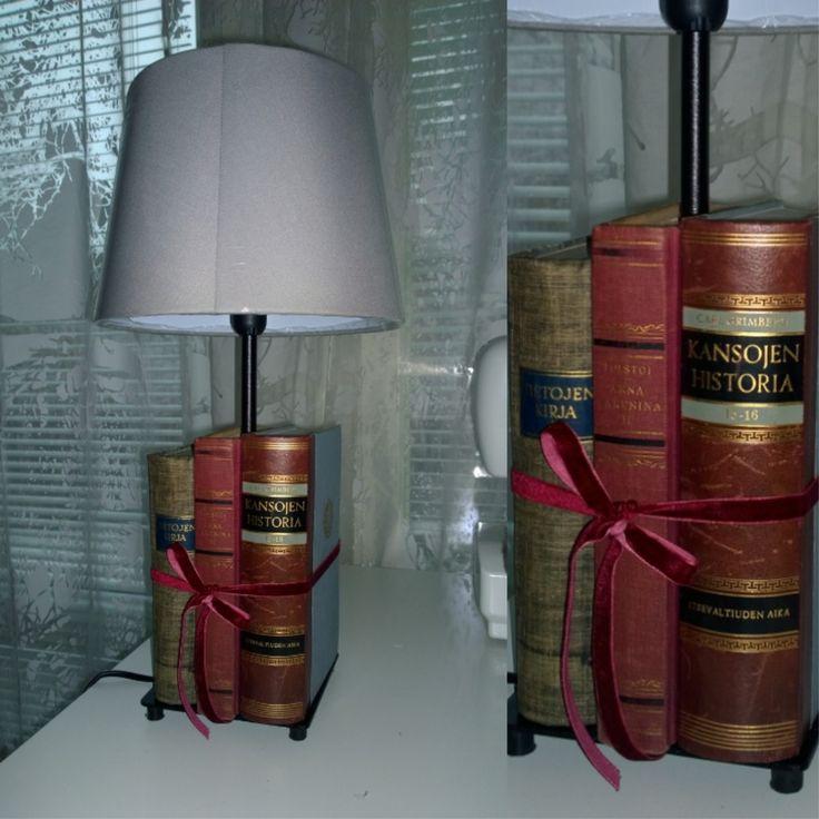 Pöytälamppu Ikea-rungolla ja -varjostimella. Rustic table lamp from old books.