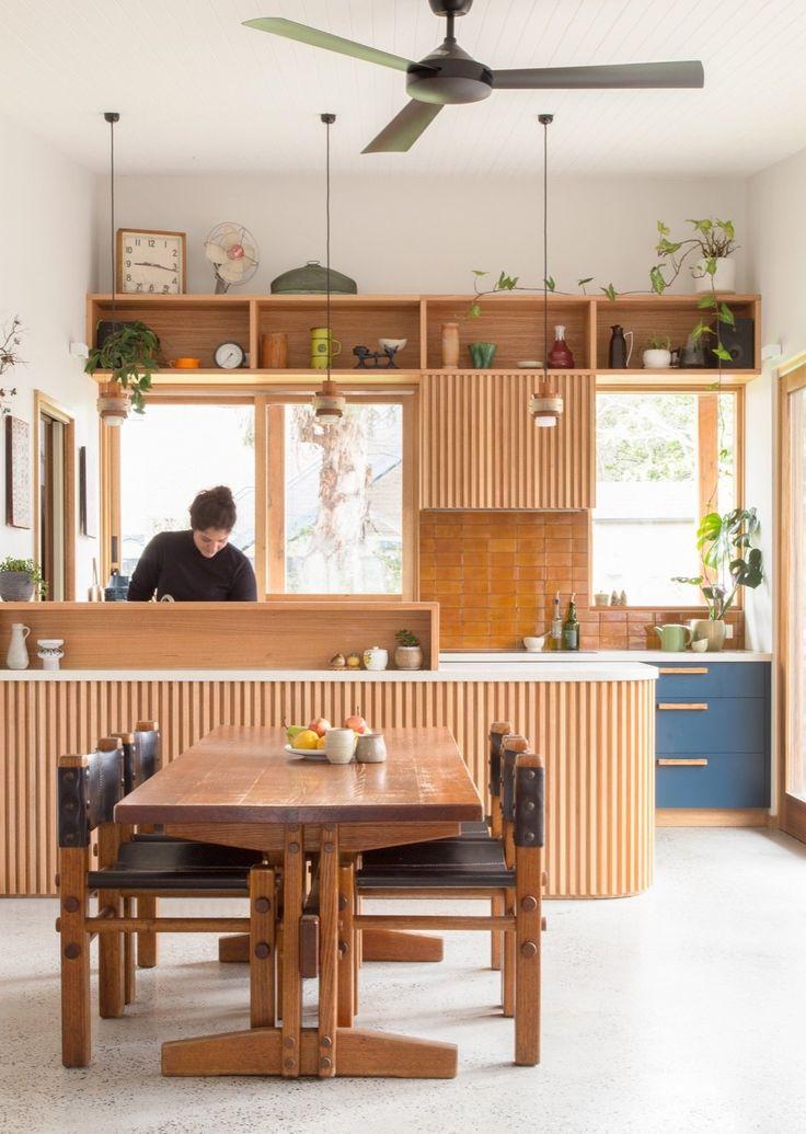Prateleiras acima das janelas, revestindo a cozinha   – Hausgestaltung – innen