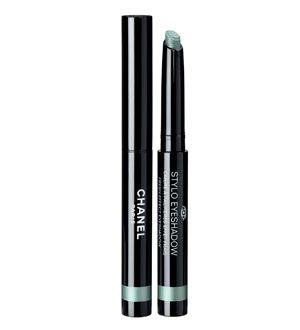 Stylo Eyeshadow de Chanel: sombra de ojos en formato lápiz que recuerda a un labial por su manera de aplicarse. Este producto se mantiene intacto durante varias horas, tiene efecto mojado y se puede usar de diferentes maneras: como sombra de ojos, como eyeliner o como un velo transparente.
