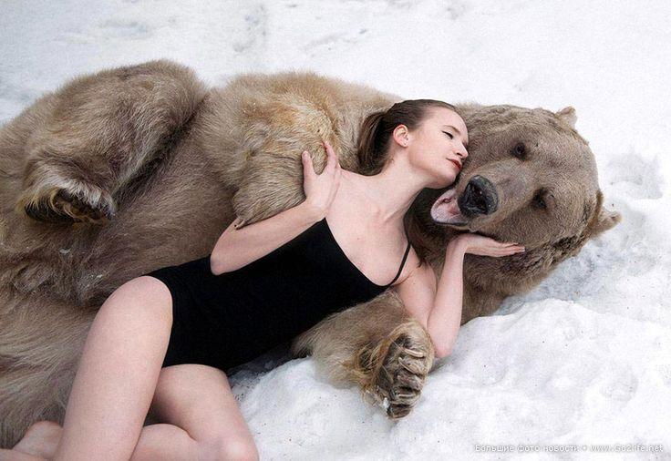 Шок для англичан: две полуобнаженные девушки и 300-килограммовый медведь. Почему кровать, девушка и медведь? Почему, когда ее лижет медведь, она закрыла глаза от наслаждения? Она типа еда, которой нравится быть съеденной или она тащится от отношений с медведем. Что общего между лесом, медведем и кроватью... что такое с фотографом, который из всей фотосессии выбрал именно эти фотографии как самые лучшие, и эти реквизиты (кровать, шубу).